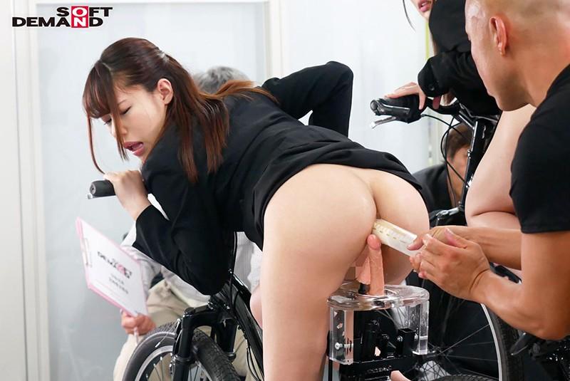 SOD女子社員 噴射式2穴交互挿入アクメ自転車がイクッ! 新車発表会の実験台となりイキまくった、2名の女子社員のサンプル画像