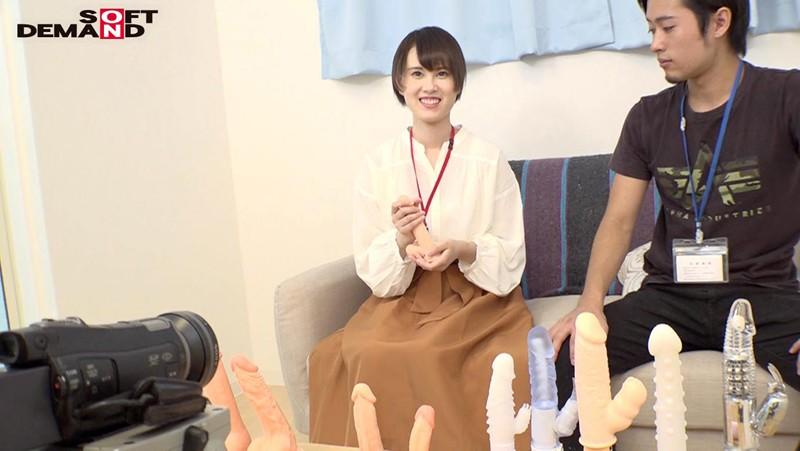 処女をAVに捧げた 浅井心晴 1ヵ月前まで処女だったキツキツマ○コを'超激ピストン'でほぐして性器開発 SOD女子社員 2枚目