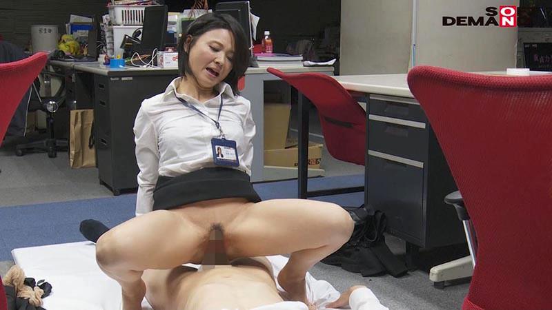 SOD女子社員 若手男子社員にこっそり中出しを求めて社内カップル逆NTRしちゃいました(ハート) 宣伝部中途入社3年目 綾瀬麻衣子 47歳 19枚目