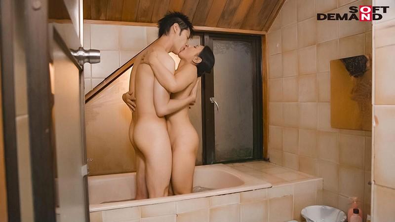 「いいの…中に出して…」義母が20歳年下の娘婿を誘惑中出し淫姦。ずっとがっちり密着SEXで離さない 綾瀬麻衣子 画像16