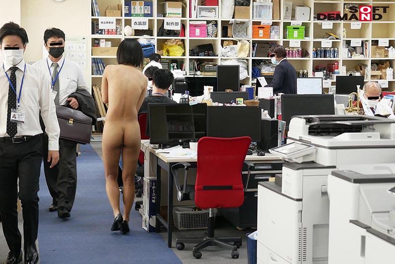 〜社内で全裸は1人だけ〜 インターン生の皆さん全裸でお仕事できますか? SODで働く女子社員にはAV女優さんの気持ちを理解してもらうために羞恥研修を用意! 入社前だけど身体を張って1日お仕事してもらいました♪ SOD女子社員10