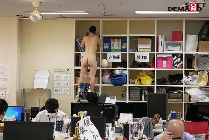 〜社内で全裸は1人だけ〜 インターン生の皆さん全裸でお仕事できますか? SODで働く女子社員にはAV女優さんの気持ちを理解してもらうために羞恥研修を用意! 入社前だけど身体を張って1日お仕事してもらいました♪ SOD女子社員15