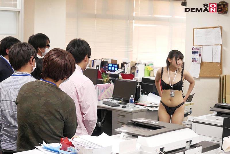 〜社内で全裸は1人だけ〜 インターン生の皆さん全裸でお仕事できますか? SODで働く女子社員にはAV女優さんの気持ちを理解してもらうために羞恥研修を用意! 入社前だけど身体を張って1日お仕事してもらいました♪ SOD女子社員16