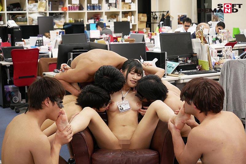 〜社内で全裸は1人だけ〜 インターン生の皆さん全裸でお仕事できますか? SODで働く女子社員にはAV女優さんの気持ちを理解してもらうために羞恥研修を用意! 入社前だけど身体を張って1日お仕事してもらいました♪ SOD女子社員19