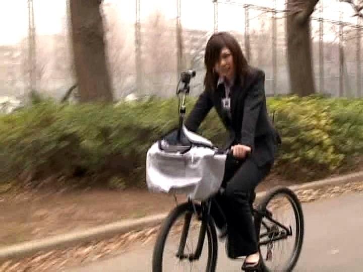 これぞ限界ギリギリの社内羞恥&街中露出!!アクメ自転車を作った伝説のSOD女子社員がイクッ!![1sdms431][1SDMS431] 11