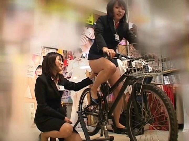 これぞ限界ギリギリの社内羞恥&街中露出!!アクメ自転車を作った伝説のSOD女子社員がイクッ!![1sdms431][1SDMS431] 17