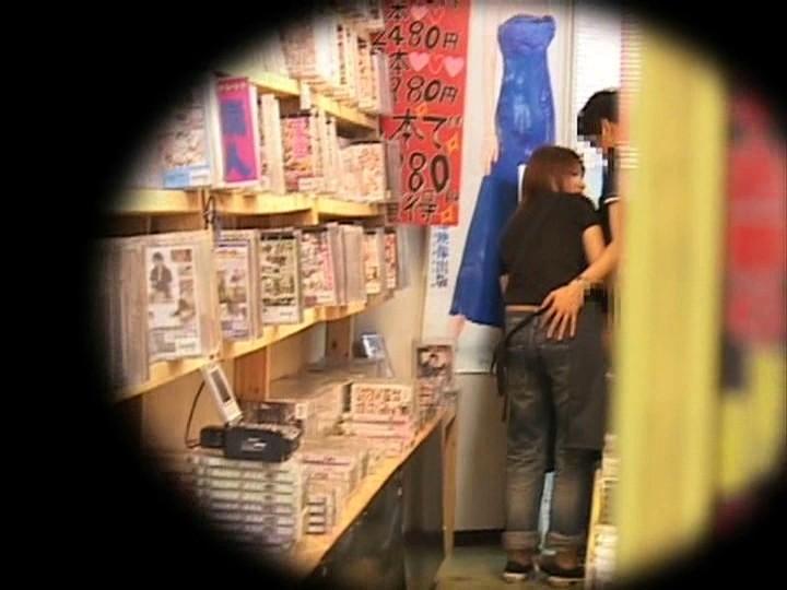 「お願いされると断れない」勃起したチ○ポをウルんだ瞳で手コキしてくる'かわいすぎる、いいなりビデオ店員'が存在した!|無料エロ画像12