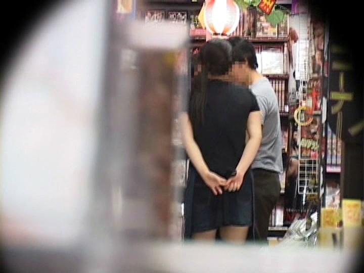 「お願いされると断れない」勃起したチ○ポをウルんだ瞳で手コキしてくる'かわいすぎる、いいなりビデオ店員'が存在した!|無料エロ画像16