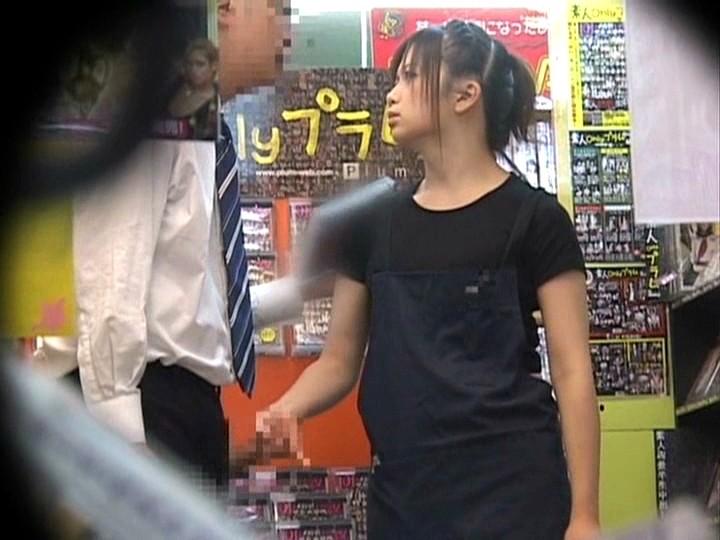 「お願いされると断れない」勃起したチ○ポをウルんだ瞳で手コキしてくる'かわいすぎる、いいなりビデオ店員'が存在した!|無料エロ画像9