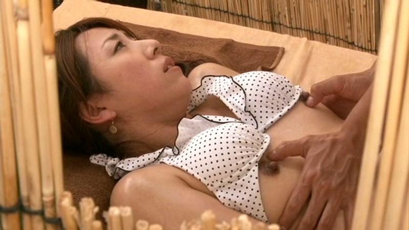 水着姿の人妻の、エステマッサージイタズラ無料動画。【手マン、隠し撮り動画】