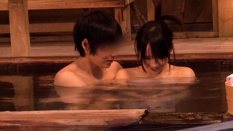 混浴温泉にて、スレンダーな美乳の女子大生素人の、中出し羞恥フェラ無料エロ動画。【のぞき動画】