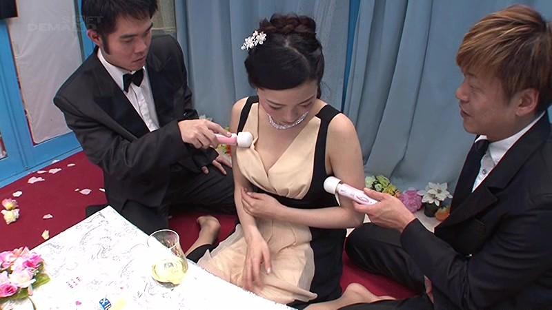 マジックミラー号 結婚式終わり、未婚のパーティードレスの女性がほろ酔いの中、Hなゲームでチ○コを両手に持たせたら、火が付き生まれて初めて3Pセックスへ! 12枚目