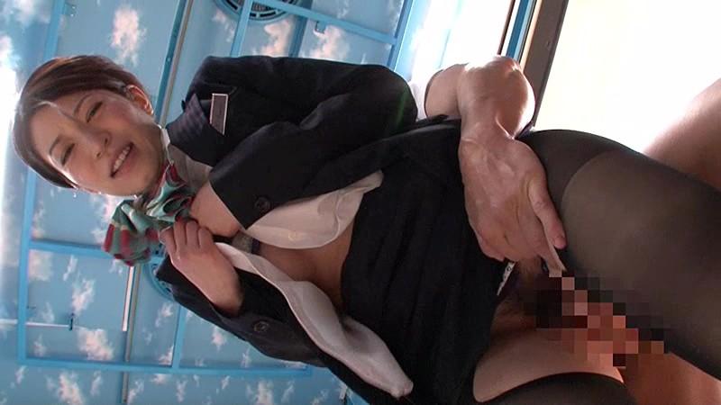 マジックミラー号 フライト終わりのムレた黒パンスト越しオイルマッサージ&クリ責め素股で美脚CAが何度もクリイキっ!愛液まみれのパンティずらしてデカチン挿入!in羽田 20枚目