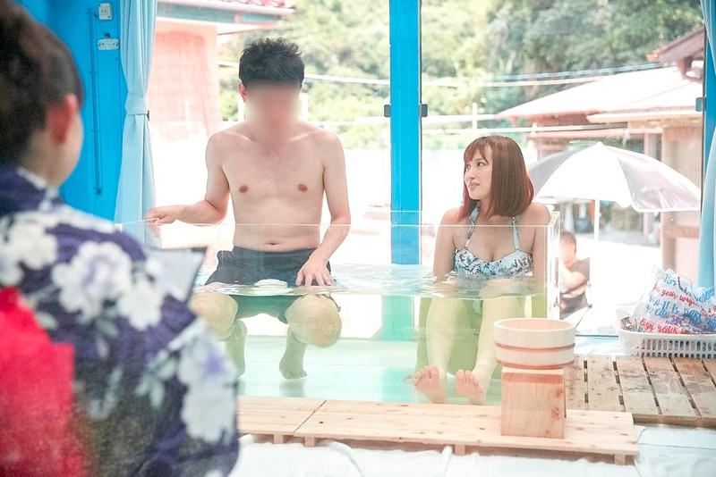 マジックミラー号 女子大生限定! 海水浴場で見つけた初対面男女がミラー号混浴温泉初体験!! お互いの裸を見せ合い素股マッサージで我を忘れた2人は出会ったばっかりなのに生挿入真正中出しまでしてしまうのか!?|無料エロ画像1