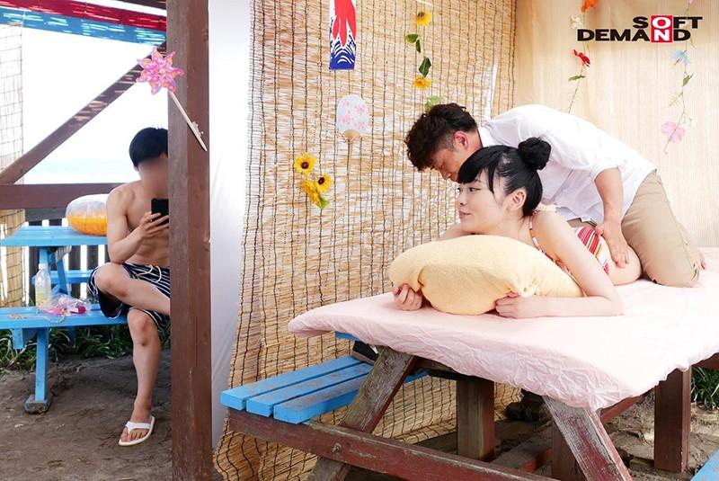 ビーチで見つけたラブラブカップル限定 海の家の無料エステ体験で愛しい彼女を彼氏の50cm隣で寝取ります!! 画像11