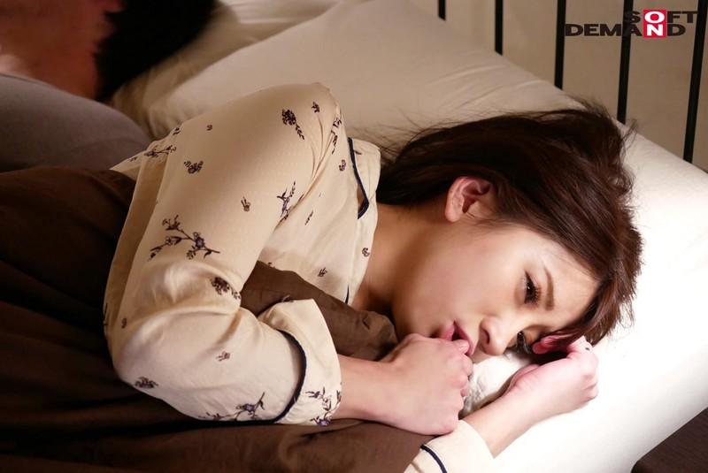 SODロマンス 台風の夜、旦那の後輩に自宅で寝取られ、台風一過の翌日真昼間から濃密に交わった 藤谷咲 14枚目