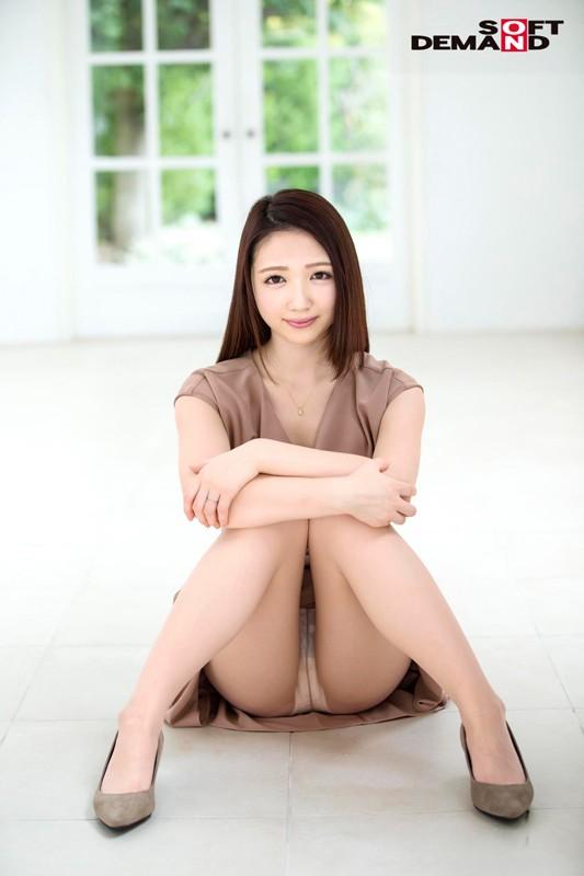 伊東かな 26歳 AV DEBUT 経験人数は一人だけ。旦那以外を知らない純粋うぶ、快楽の世界へ。 1枚目