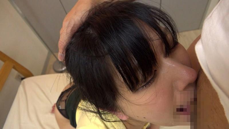 デカ尻ドMの奥さんにイラマで喉奥ガン突きして大量3連続顔射! みひな