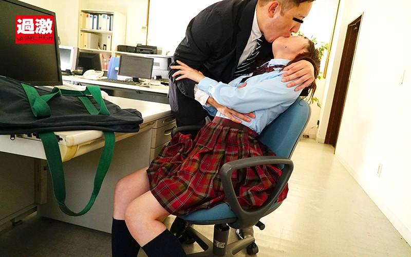 密室で乳首をいじられ失禁イキ発情SEX 雨宿りしていた濡れ制服少女 画像3
