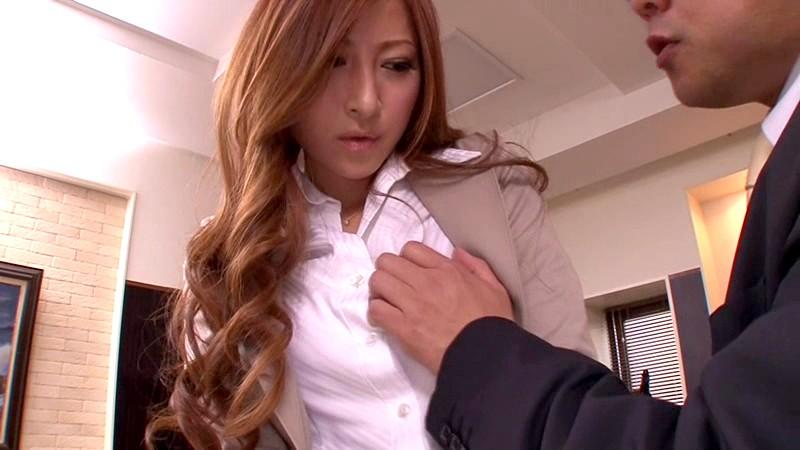 羞恥に濡れる美人秘書愛咲れいら