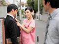 古川いおり 息子がいるすぐ側で綺麗な保育士さんに優しく抱か...sample3