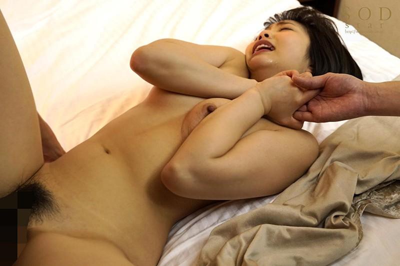 戸田真琴 手をぎゅっと握り目をじっと見つめながら彼女が犯されるのをただ傍観するしかなかった惨めなボク キャプチャー画像 14枚目