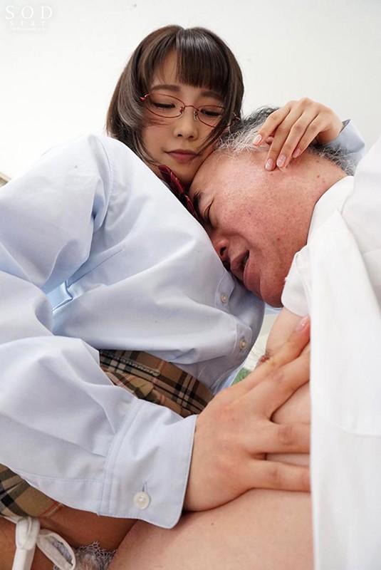 文系制服美少女は、オヤジの乳首が大好物。 戸田真琴 2枚目