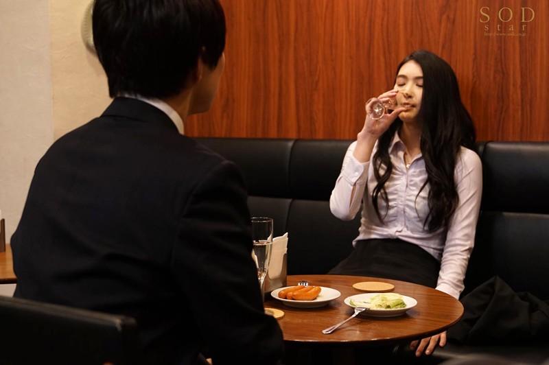 本庄鈴 出張先で童貞部下と相部屋に…持ち合わせていたコンドーム(彼氏用)は1つだけ…頼み込まれて1回だけSEX、のはずが部下が絶倫すぎて10発も中出しした11