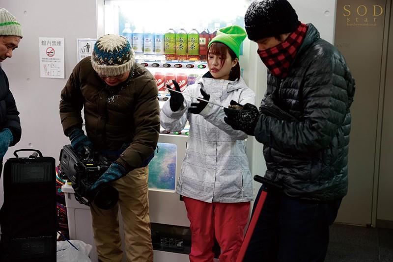 ロケ帰り相部屋NTR 大雪で東京に帰れなくなったお天気お姉さんが、仕事の愚痴を聞いてくれる新人ADと妊娠するまで中出ししまくった一晩。 唯井まひろ2