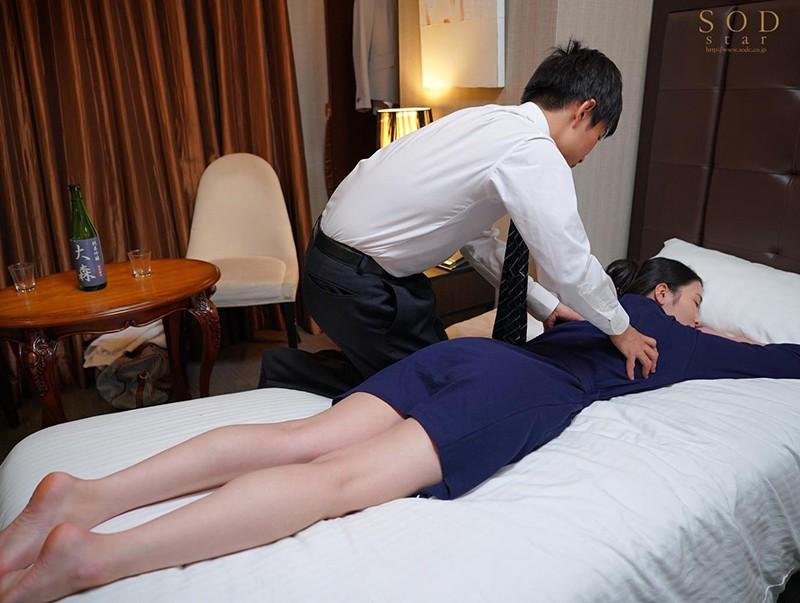 童貞部下と出張先でホテル相部屋 翌朝までベロチュウ姦され続ける化粧品メーカーの寝取られ女上司 本庄鈴 画像4
