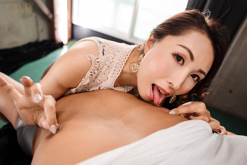 佐田茉莉子見つめる乳首舐め
