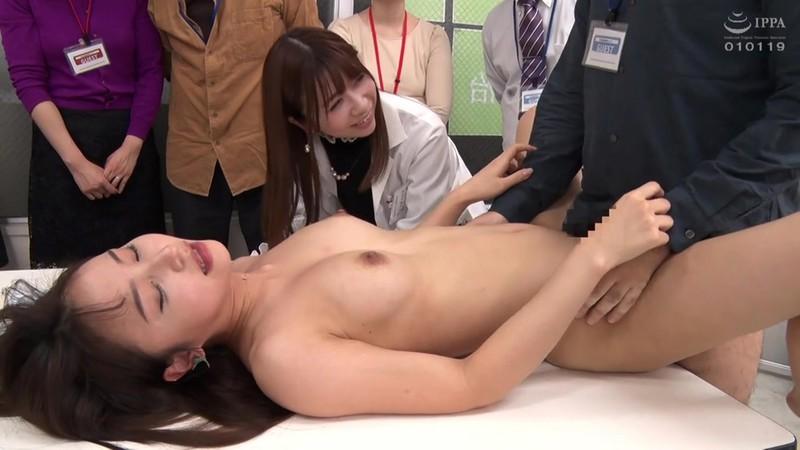 '膣コキインストラクター'が提唱する不妊治療の絶頂膣交セミナーで、参加者全員の前で中出し性交させられた若夫妻 大浦真奈美 18枚目