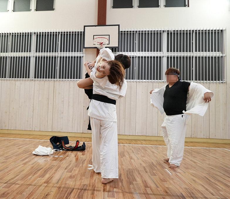 薙刀術三段全日本3位!素人麗しママが息子の私立小学校の為にAVデビュー!その強さに惨敗し、キレた野獣三兄弟が中出し3発×顔射3発の無残レ●プ! 橘奏海