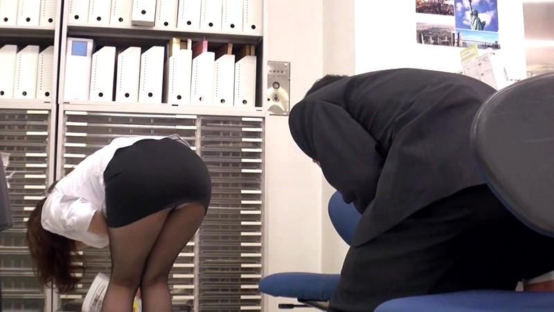 中途採用の僕が女子中心の部署でボイン先輩女子社員の胸チラやパンチラに勃ちまくった。気付いた先輩は他の社員にバレないように机の下で優しく握りしめてくれました 画像11
