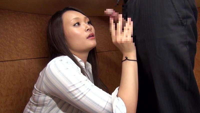 中途採用の僕が女子中心の部署でボイン先輩女子社員の胸チラやパンチラに勃ちまくった。気付いた先輩は他の社員にバレないように机の下で優しく握りしめてくれました 画像2