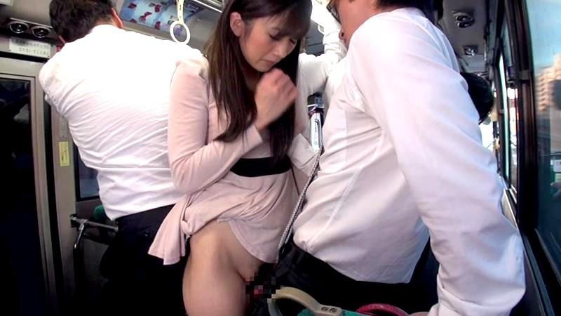 満員車内で人妻のスカートがめくれ上がりパンツ丸出し!せっかくだから勃起チ○ポを密着させたら、何度もお漏らしするぐらいに悶々と男を待っていたのだ! 画像10