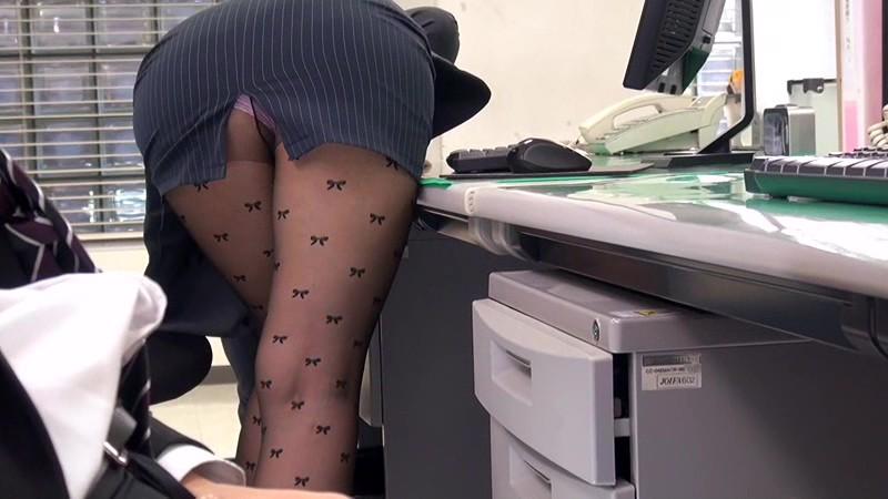 配属された部署は女子社員だけ! 黒パンストから透けて見えるパンチラで僕を誘い、勃起チ○ポをパンストずらしてこっそり挿入させてくれた! 画像1