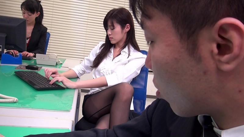 配属された部署は女子社員だけ! 黒パンストから透けて見えるパンチラで僕を誘い、勃起チ○ポをパンストずらしてこっそり挿入させてくれた! 画像13