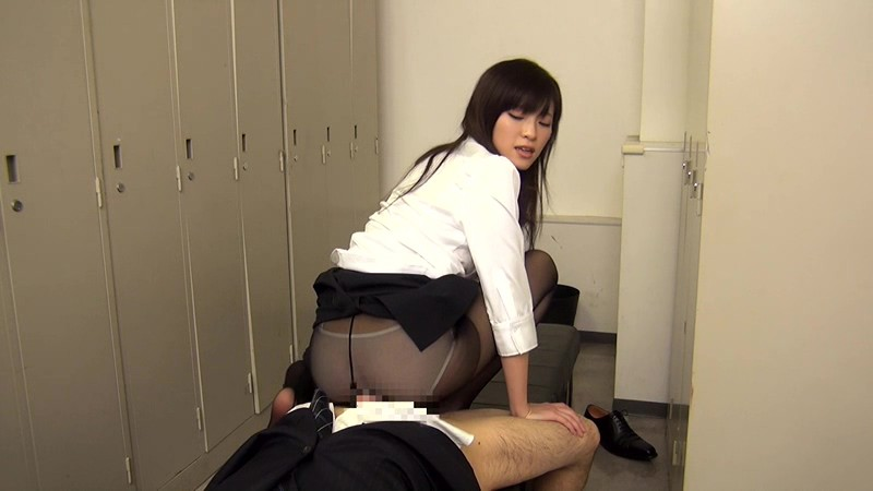 配属された部署は女子社員だけ! 黒パンストから透けて見えるパンチラで僕を誘い、勃起チ○ポをパンストずらしてこっそり挿入させてくれた! 画像14