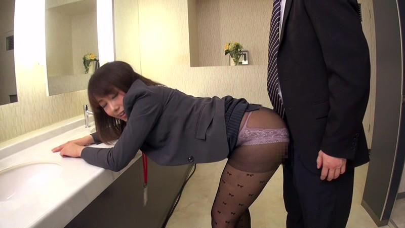 配属された部署は女子社員だけ! 黒パンストから透けて見えるパンチラで僕を誘い、勃起チ○ポをパンストずらしてこっそり挿入させてくれた! 画像2