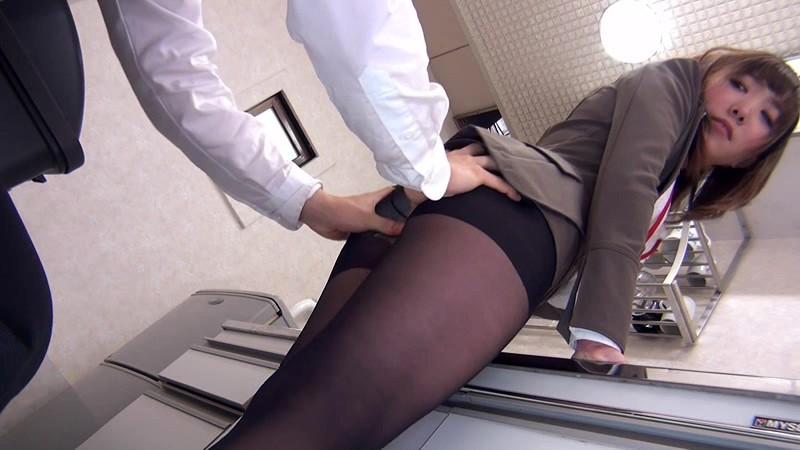 配属された部署は女子社員だけ! 黒パンストから透けて見えるパンチラで僕を誘い、勃起チ○ポをパンストずらしてこっそり挿入させてくれた! 画像9