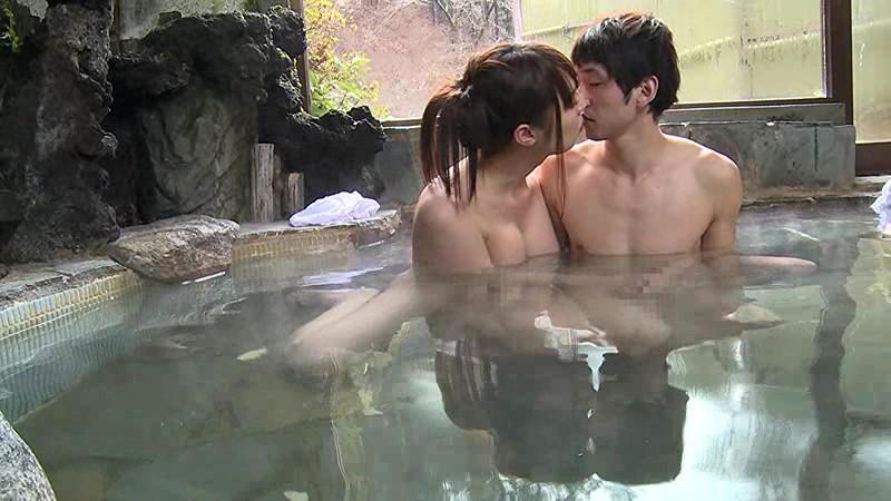 混浴温泉で奇跡の若い女性客と遭遇!興奮してたら湯船からチ○コがにょっきり!ニューハーフと気づいても僕の勃起も収まりつかずヤッてしまいました 画像1