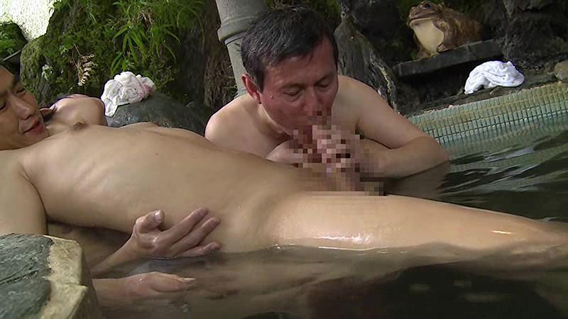 混浴温泉で奇跡の若い女性客と遭遇!興奮してたら湯船からチ○コがにょっきり!ニューハーフと気づいても僕の勃起も収まりつかずヤッてしまいました 画像20