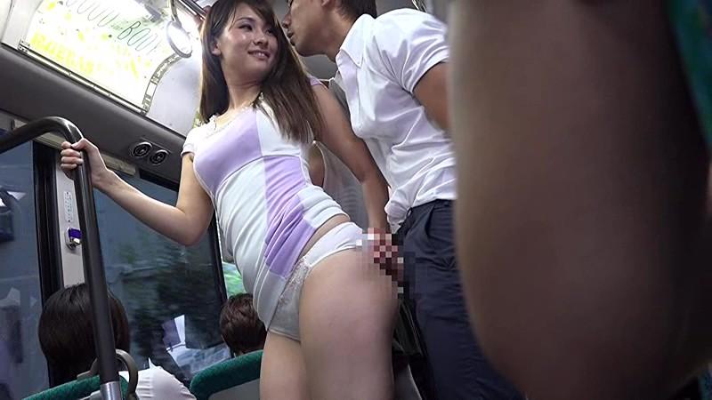 男子学生をバスで痴漢する人妻