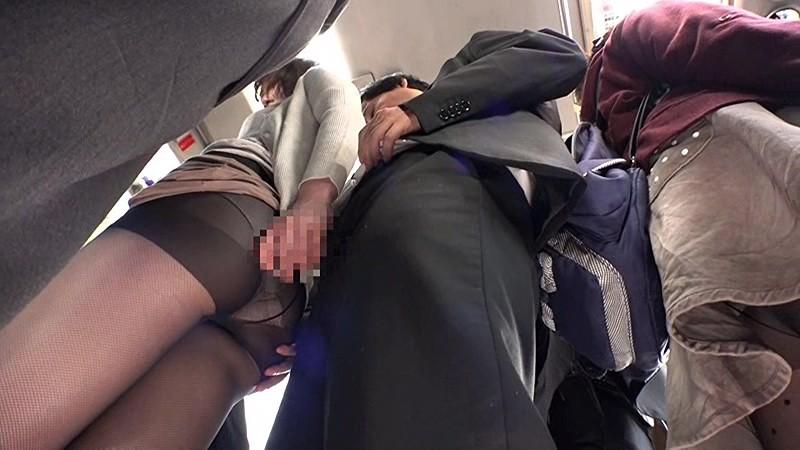 通勤バスはギュウギュウの満員で目の前には黒パンストのOLだらけ!どうしようもなく興奮しちゃった僕は生チ○コ擦りつけたら握り返してきた 6 画像3
