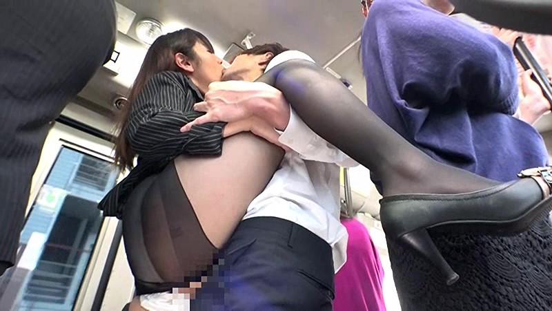 通勤バスはギュウギュウの満員で目の前には黒パンストのOLだらけ!どうしようもなく興奮しちゃった僕は生チ○コ擦りつけたら握り返してきた 6 画像8