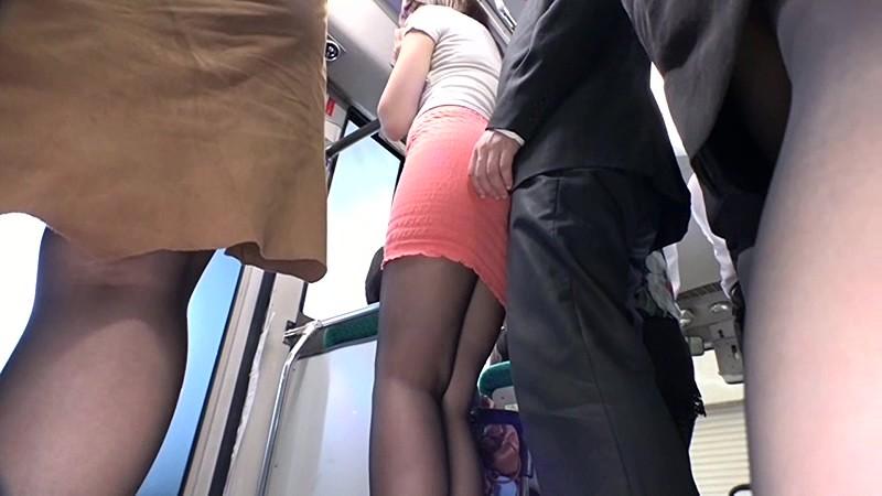 通勤バスはギュウギュウの満員で目の前には黒パンストのOLだらけ!どうしようもなく興奮しちゃった僕は生チ〇コ擦りつけたら握り返してきた 7 画像17