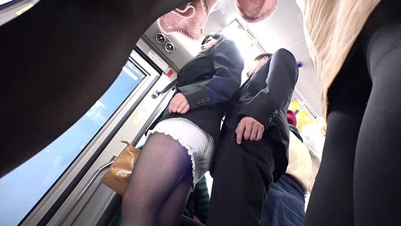 smotret-kak-parni-lapayut-devushek-v-obshestvennom-transporte
