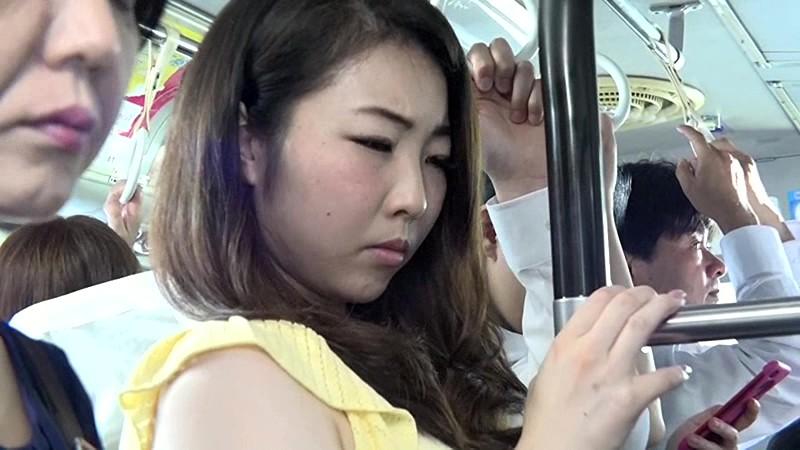 通勤バスはギュウギュウの満員で目の前には黒パンストのOLだらけ!どうしようもなく興奮しちゃった僕は生チ○コ擦りつけたら握り返してきた 9 画像13