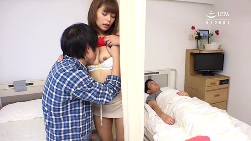 瞬間発情NTR・病室で見舞い客のミニスカパンチラが目の前に!彼氏のふにゃチンに欲求不満の彼女も僕の元気チ○ポに気付き発情!カーテン越しムッチリ尻にチ○ポが触れるだけで火がついて彼氏の寝てる横で僕チ○ポに乗ってきた|無料エロ画像18